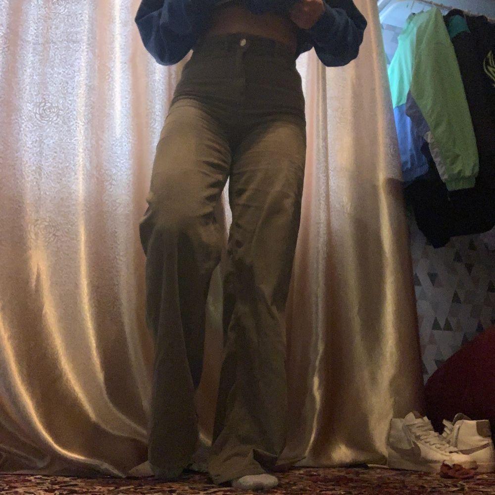 Ett par gröngråa byxor köpta från zara som är ganska långa i benen. Är 166 och byxorna släpar på golvet😩 Superfina men kanske inte riktigt någor för mig💜. Jeans & Byxor.