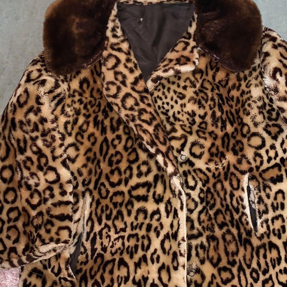 Skitsnygg leopard jacka, behövs sys på insidan annars i bra skick! . Jackor.