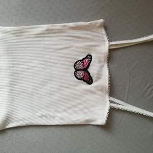 Gulligt linne med rosa fjäril