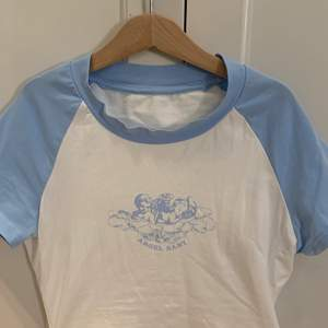 Säljer denna t-shirt köpt på Plick för ett tag sedan men använd max 2 gånger, därför så tänker jag säljer den till någon som har mer användning av den! Säljer för 49kr+frakt eller högsta bud!🥰buda i kommentarerna eller privat! Kontakta för flera bilder☺️