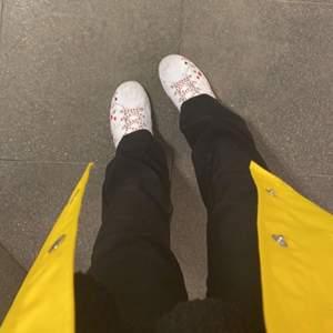 Kostymbyxor med fickor och en bootcut modell, i en typisk kostymbyxa matrial☺️👌 jag är 155cm