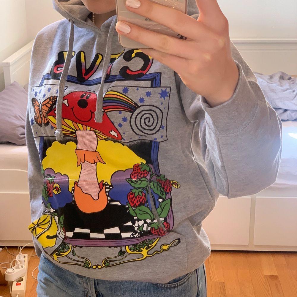 Jaden Smith merch hoodie. Sjuk fin men är lite för liten enligt mig :( köpte den för 700kr + 300 kr frakt och tull. Hör av er vid frågor/bilder🥰. Tröjor & Koftor.