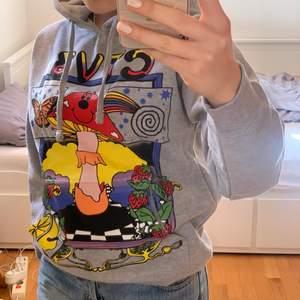 Jaden Smith merch hoodie. Sjuk fin men är lite för liten enligt mig :( köpte den för 700kr + 300 kr frakt och tull. Hör av er vid frågor/bilder🥰