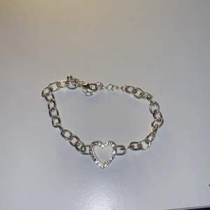 Ett fint armband aldrig använt! Med ett fint hjärta på. Väldigt fint skick!
