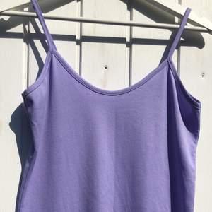 Superfin lavendelfärgad klänning💜  Väldigt enkel och passar till det mesta! Går att använda som klänning eller som linne, även möjligt att ha den ovanpå t.ex. en t-shirt☀️ Den är ganska kort, inkl axelbanden är den ca. 78cm lång. Jag är 163 cm lång och har strl S annars och denna går precis under rumpan på mig, skulle uppskatta storleken till XS som klänning men som linne passar den upp till M🥰 Finns små skönhetsfel som de på bild 3, men dessa märks inte när man har klänningen på sig☺️