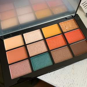 Ny palett med 12 färger och spegel.