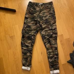 Säljer mina militärgröna jeans. Strl. XS. Fint skick. Katt finns i hemmet. Säljaren står för frakt