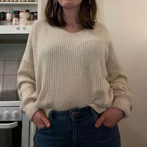Stickad tröja i off-white köpt från Ivy Revel med supersnygg knytdetalj i ryggen ✨ den har varit otroligt älskad av mig men märkte att jag inte använde den så mycket i vintras så den förtjänar ett bättre hem 💕 köpare står för frakten ☺️