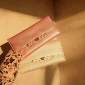 ♥️FÖRST TILL KVARN!♥️ y2k inspirerade clutch plånböcker. Barbiepink och krämvit. Glansigt material med mycket plats för kort, pengar och mynt💕Styckevis, vill bli av med ASAP! Säljer: 85 + frakt🧞♀️