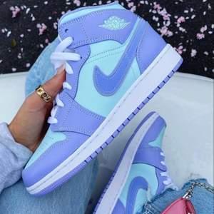 Säljer helt nya & oanvända Jordan 1 Mid Purple Aqua. Finns i storlek 37,5. Köpta från Footlocker, kvitto kan uppvisas! Fraktas spårbart & dubbelboxat på köparens bekostnad. Vid stort intresse blir det budgivning! Kolla in @LocalJords på Instagram för fler limiterade Jordans! OBS BILD 1 LÅNAD