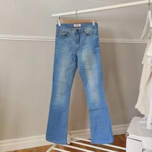 Stretchiga jeans från Mango. De är uppsydda. Använda men fortfarande i fint skick!