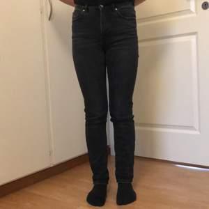 Svarta stentvättade midrise jeans från Gina. Är i storleken XS/34. Sitter perfekt i längden på mig som är 157. Man kan vika upp dem om man vill. Köpte för ca 250kr. Ganska så använda men ändå i superbra skick!! Pris går att diskutera :)