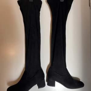 Säljer nu ett par super fina svarta höst/vår skor i storlek 38/39 ifrån dinsko, aldrig använda! Passar super bra nu till hösten.