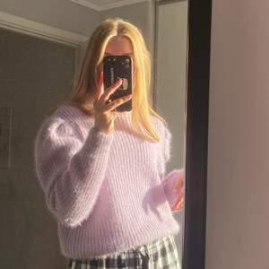 Säljer nu denna fina stickade tröjan! Den är lila med en aning glitter i vilket gör den såå gullig💕 jag bär normalt S o den är lite oversized på mig