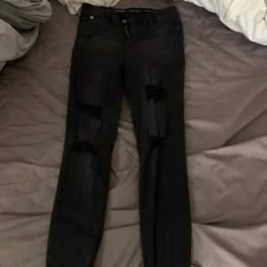 Fina jeans från Queen hearts med hål i, aldrig använda storlek M