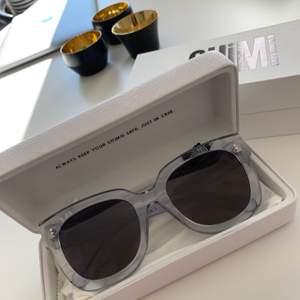 Solglasögon från Chimi. Genomskinliga bågar och svart glas, skitsnygga 🕶🌻 Nästan oanvända och fortfarande i nyskick, inga repor!                                      Många budande just nu, men buda inte om du inte är helt säker på att kunna köpa för det priset är du snäll💛 Bud ligger nu på 650, hör av dig  för direkt köp för minst 700kr🌻