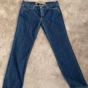 Ett par superfina jeans från Marlboro Classics. Superbra kvalitet. Storlek 32/32 och något lowwaisted. Skulle säga att dom är väldigt små i passform så skulle passa någon mellan 27-30 beroende på önskad passform.💞💞