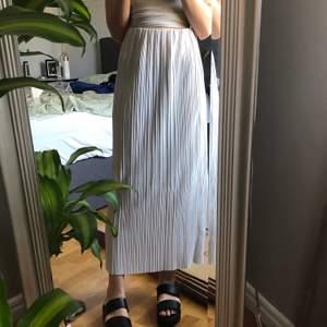 Superfin och härlig kjol i tunnt material! Den är lite see through så har ni svarta underkläder syns det igenom. Jag är 163 cm 💕 lappen är avklippt men gissar på XS/S