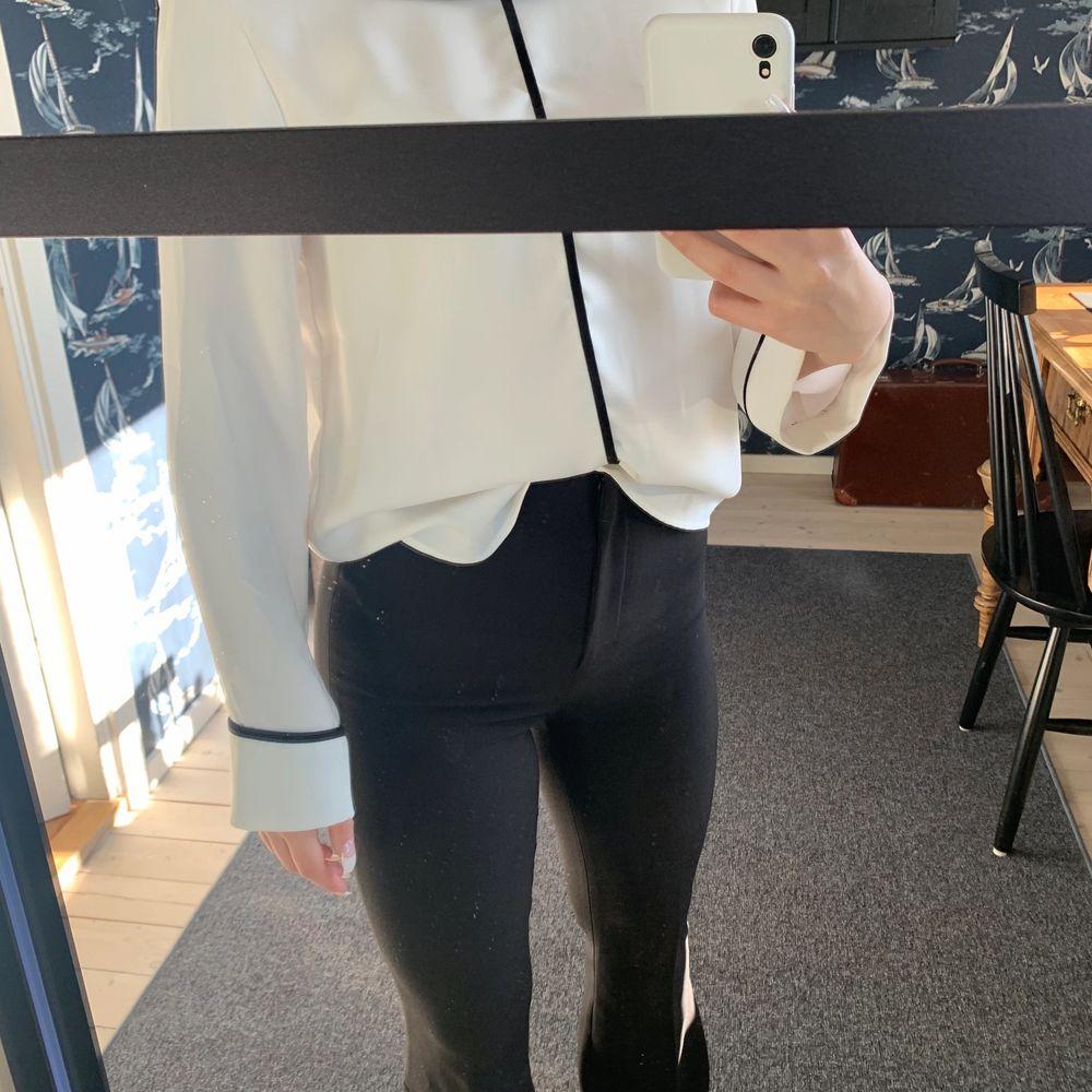 En till superfin blus, denna kommer från Zara. Inte använd, men ett super skönt tyg.. Toppar.