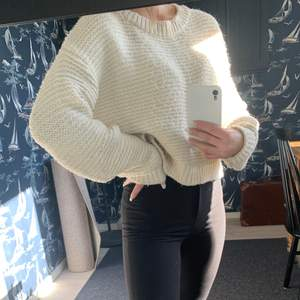 En stickad krämvit tröja, har varit en älsklings tröja, men nu kommer den inte till användning längre. Lite nopprig men inte mycket.