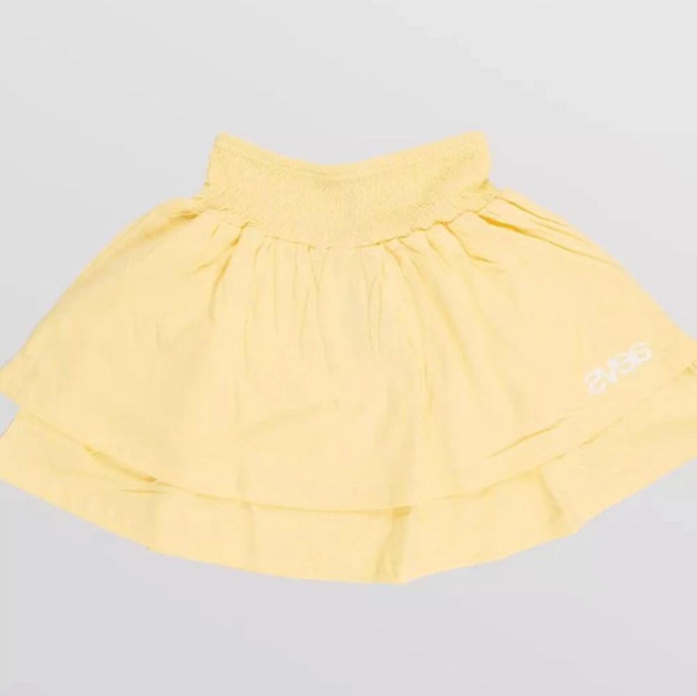 Säljer min fina Svea kjol för att behöver plats i garderoben, är ej genomsking och kliar inte. Stretchig så passar både de med st XS och S💛💛. Kjolar.