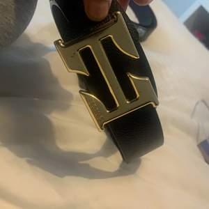 Ej äkta ,guld Hermes bälte.Kan användas båda sidorna av bältet.Bara 2 st kvar av Hermes