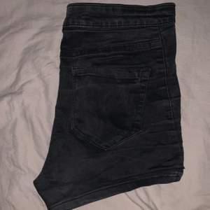 svarta shorts som är helt fantastiska, de stretchar så storleken har lite range, de har tyvärr blivit för små för mig nu! Perfekta till våren/sommaren 🌷🌞 fri frakt!