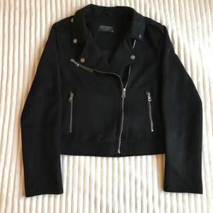 En svart jacka i mocka! Har änvänt ett flertal gånger, trots det är jackan i gott skick. Säljer jackan eftersom den inte är min smak. Buda i kommentarerna! Kontakta mig privat ifall du har frågor!