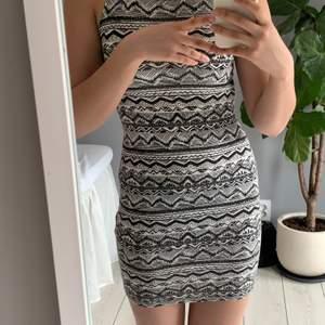 Söt tajt klänning från Newlook i coolt zickzack mönster. Sparsamt använd.