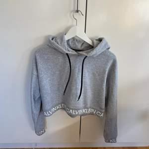 Säljer min hoodie från Calvin Klein. Den är croppad. Nypris 400kr men den går ej att köpa längre. Buda, startpris 150kr