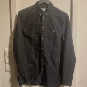 Weekday skjorta. Använd, inga skador. Hämtas i umeå