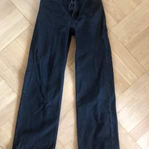 Säljer mina svarta monki jeans i modellen Yoko då de blivit för små för mig.