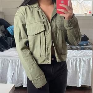 Grön jeans jacka från zara i storlek xs