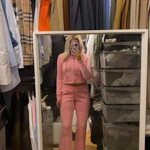 Snyggaste rosa färger och helt perfekt set. Så snygg!!!!😍 Använd ca 2 gånger. Bud 1500kr❣️