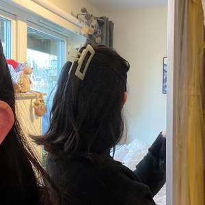 beige hårklämma som sitter som en smäck i håret, aldrig använd i nyskick! köparen står för frakten.