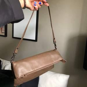 Så fin brun väska! Köpt second hand men fortfarande i bra skick. Axelbandet går att byta ut om man vill det. Köparen står för frakt 💕💕