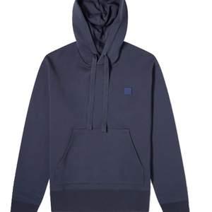 Mörblå acne hoodie i storlek S, bra skick förutom en fläck längst ner på tröjan som syns på andra bilden (syns dock inte om man viker upp tröjan) och nypris 2200💕