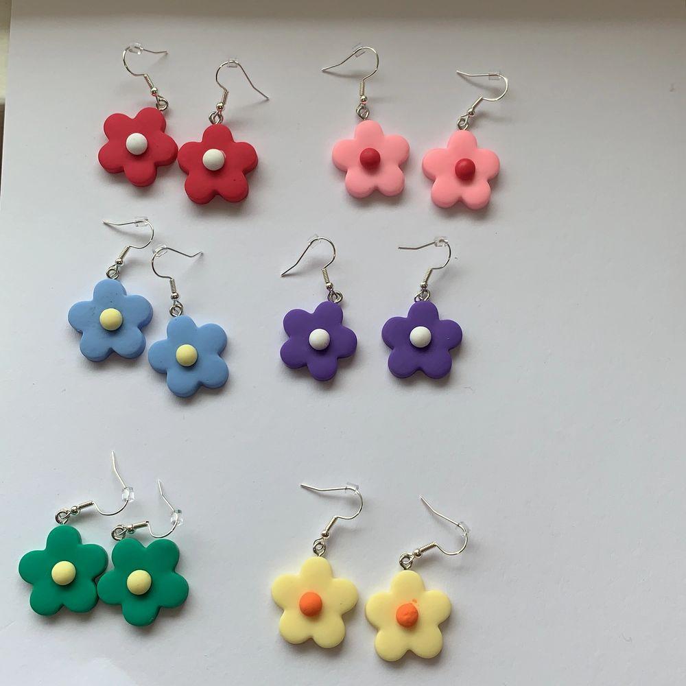 otroligt fina örhängen!! Finns bara två par av varje färg!!!💕💕 NICKELFRIA💕 Det blir billigare när ni köper fler💕 BLÅ, LJUSROSA OCH GRÖN ÄR SLUTSÅLT!!!. Accessoarer.
