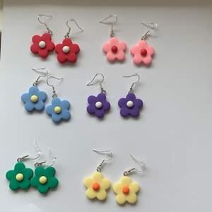 otroligt fina örhängen!! Finns bara två par av varje färg!!!💕💕 NICKELFRIA💕 Det blir billigare när ni köper fler💕 BLÅ, GUL, LJUSROSA OCH GRÖN ÄR SLUTSÅLT!!!