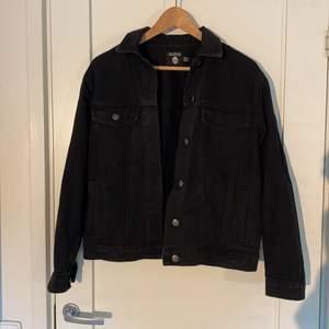 Svart jeansjacka ifrån märket bohoo. Endast använd en gång och har inga defekter! Skiiitsnygg!!!🎉