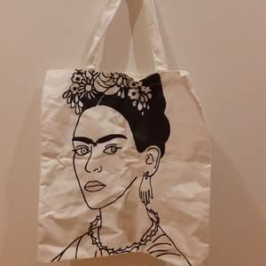 En tygkasse med ett vackert Frida Kahlo tryck. Tidigare köpt på SHEIN. Hållbar och praktisk
