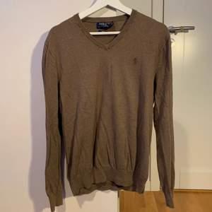 Den är en medium slim fit tröja av ralph lauren. Långärmad och lite höstvibe 🤎 Perfekt nu när hösten börjar närma sig.