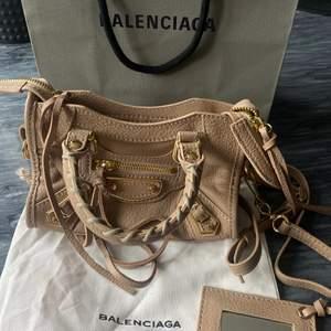 Balenciaga nano city väska, minsta modellen som inte säljs längre!! Väldigt bra skick, det som medföljer är det som finns på bilden! Säljs enbart vid bra bud🖤 gjort ett eget hål på bandet så att den kan bäras kortare