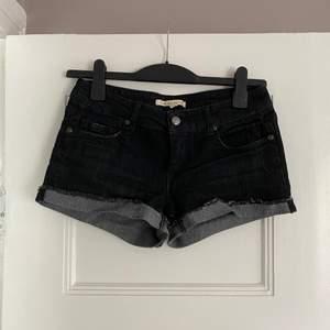 Svarta jeansshorts från Forever 21. Använd 1-2ggr. Storlek 26, så skulle säga XS-S. Finns i Malmö.