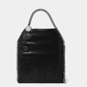 Intresse koll denna ❌FAKE❌ Stella McCartney väskan som är köpt utomlands. Jätte bra skick aldrig använd. Den är svart och det finns mycket utrymme i väskan och typ fickor inuti. Vid var bud så släpper jag den ❤️❤️ öka gärna med ca 20kr HÖGSTA BUD: 500