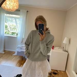 Snygg grå basic hoodie från bikbok, köpt för 300kr säljer för 150kr + frakt❤️ använd Max 5ggr❤️