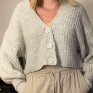 Grå Cardigan från Gina tricot, storlek xs.