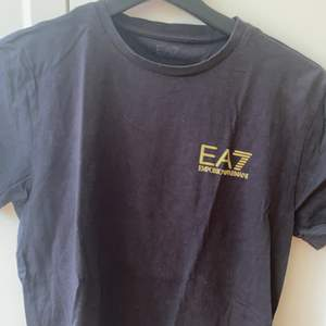 Säljer Ea7 t-shirt, inget större slitage dock vet inte exakt storlek är s eller xs