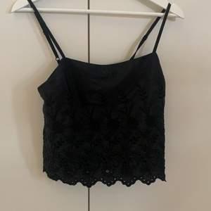 Svart linne med blommönster (se bild 2) i strlk xs. Köpt på bikbok för ett år sedan men aldrig använt.