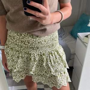 jättefin grön kjol från zara i storlek S. använd en gång och därav fint skick!